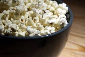 Can pregnant women eat popcorn while pregnant and how can they make it healthier?